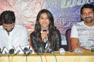 Vijay Devarakonda, Pooja Jhaveri, Srinivas Ravindra @ Dwaraka Press Meet at Haailand, Guntur Photos