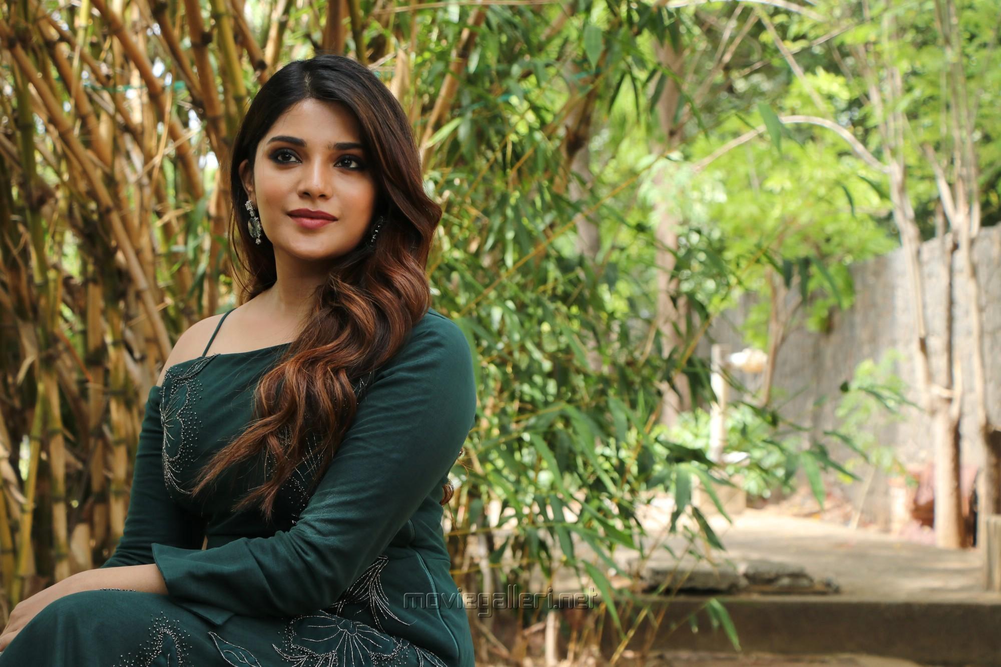 Naragasooran Actress Aathmika HD Photos