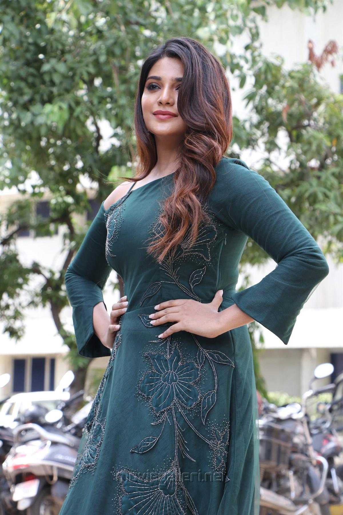 Naragasooran Movie Actress Aathmika HD Photos