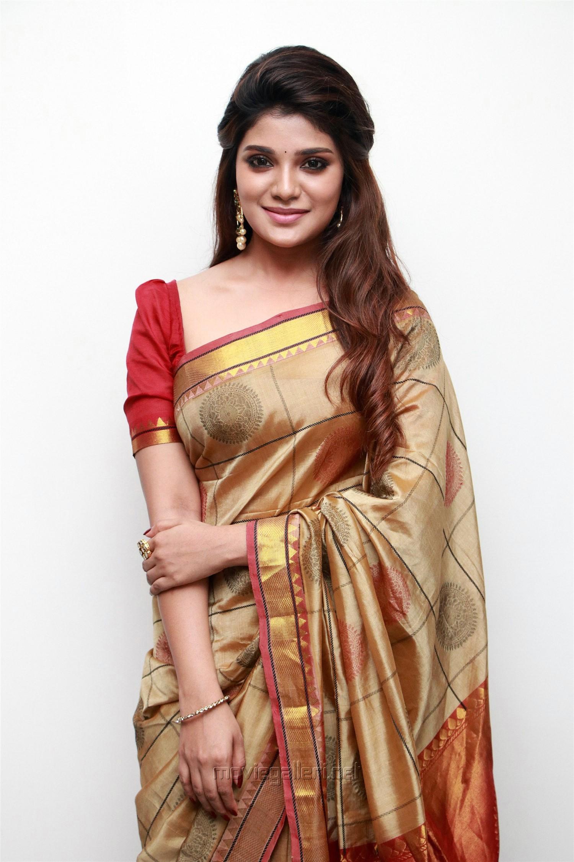 Kannai Nambathey Actress Aathmika in Silk Saree HD Photos
