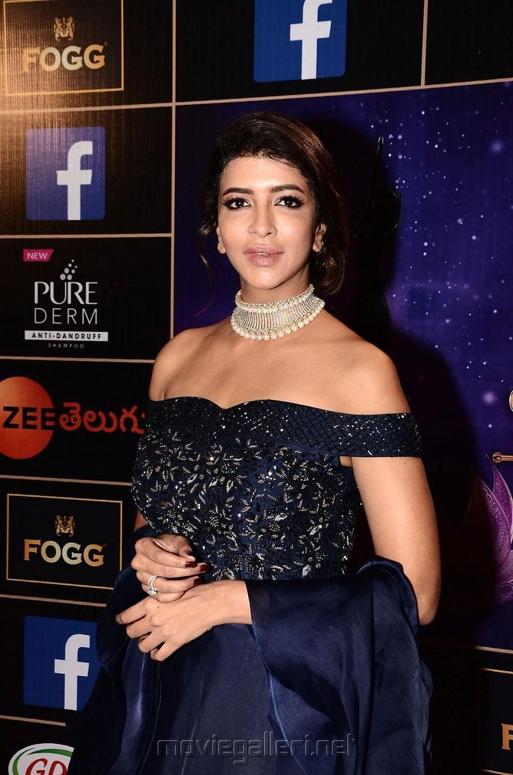Actress Lakshmi Manchu @ Zee Telugu Apsara Awards 2018 Red Carpet Photos