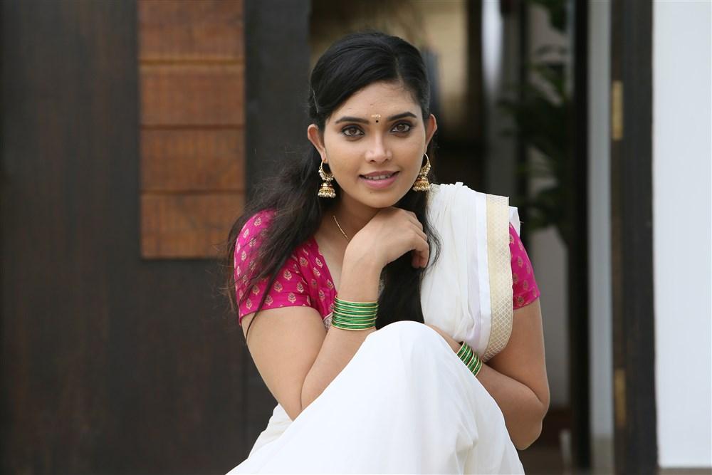 Heroine Ishaara Nair in Adhi Medhavigal Movie Photos
