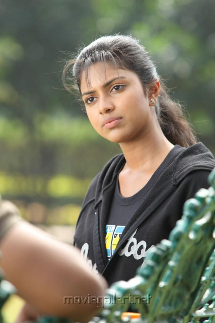 Actress Amala Paul in Kadhalil Sodhappuvadhu Eppadi Images