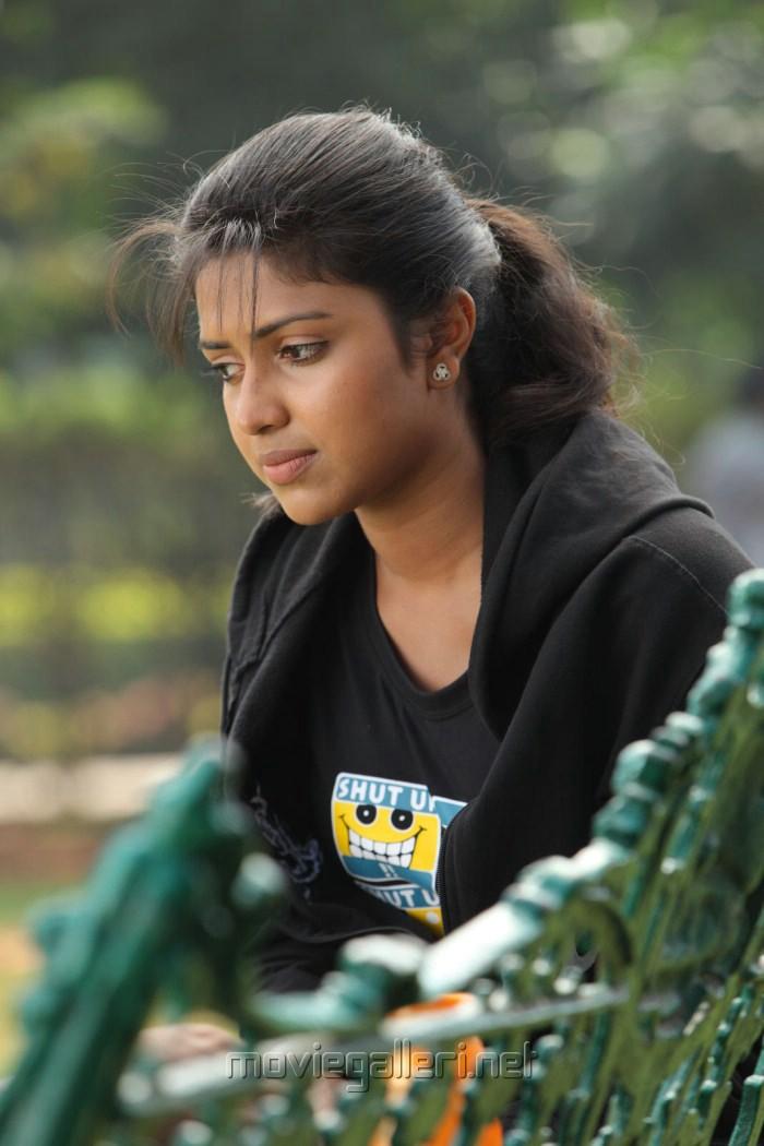 Kadhalil Sodhappuvadhu Yeppadi Actress Amala Paul Pics