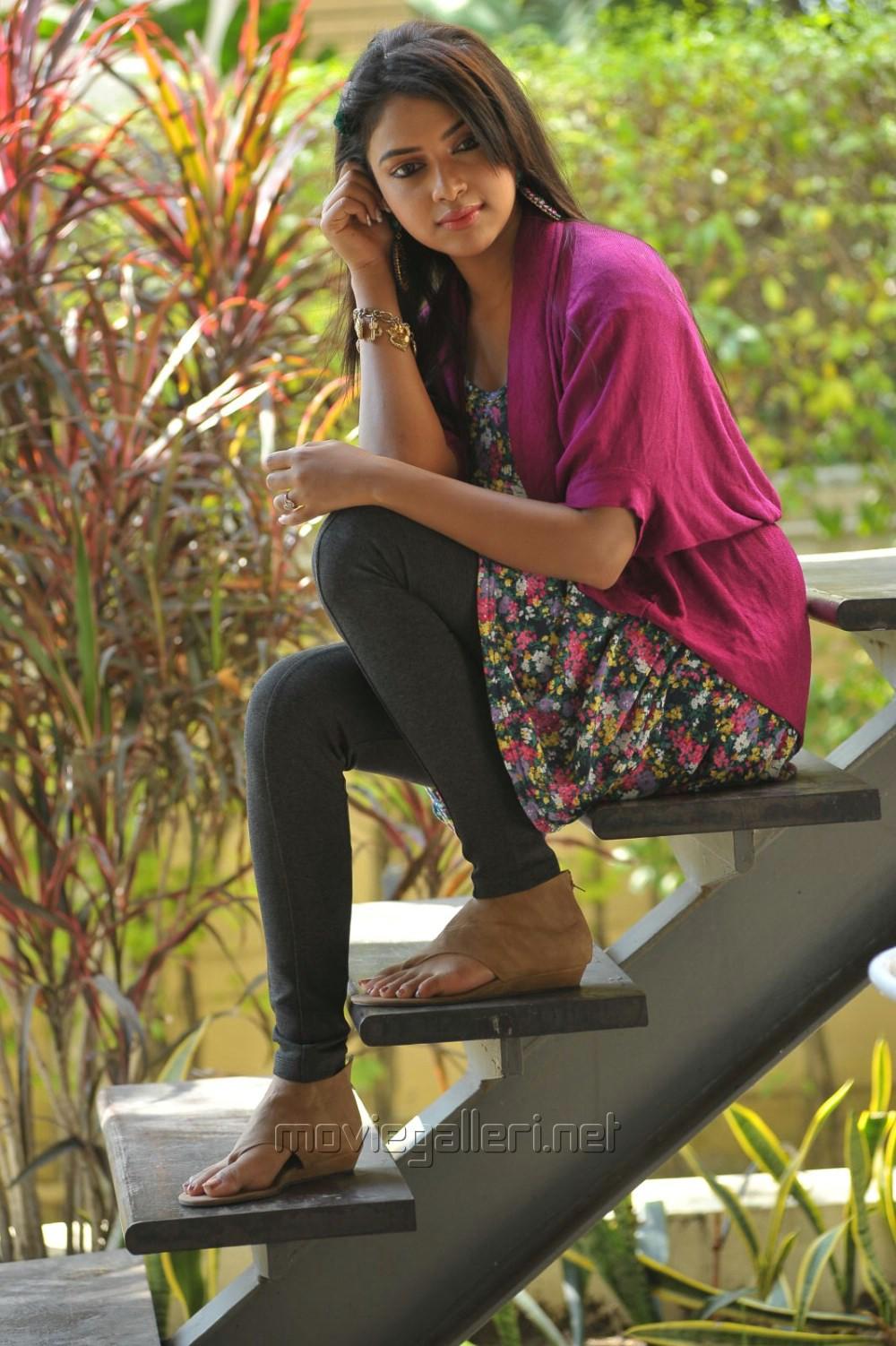 Iddarammayilatho Actress Amala Paul in Pink Dress Stills