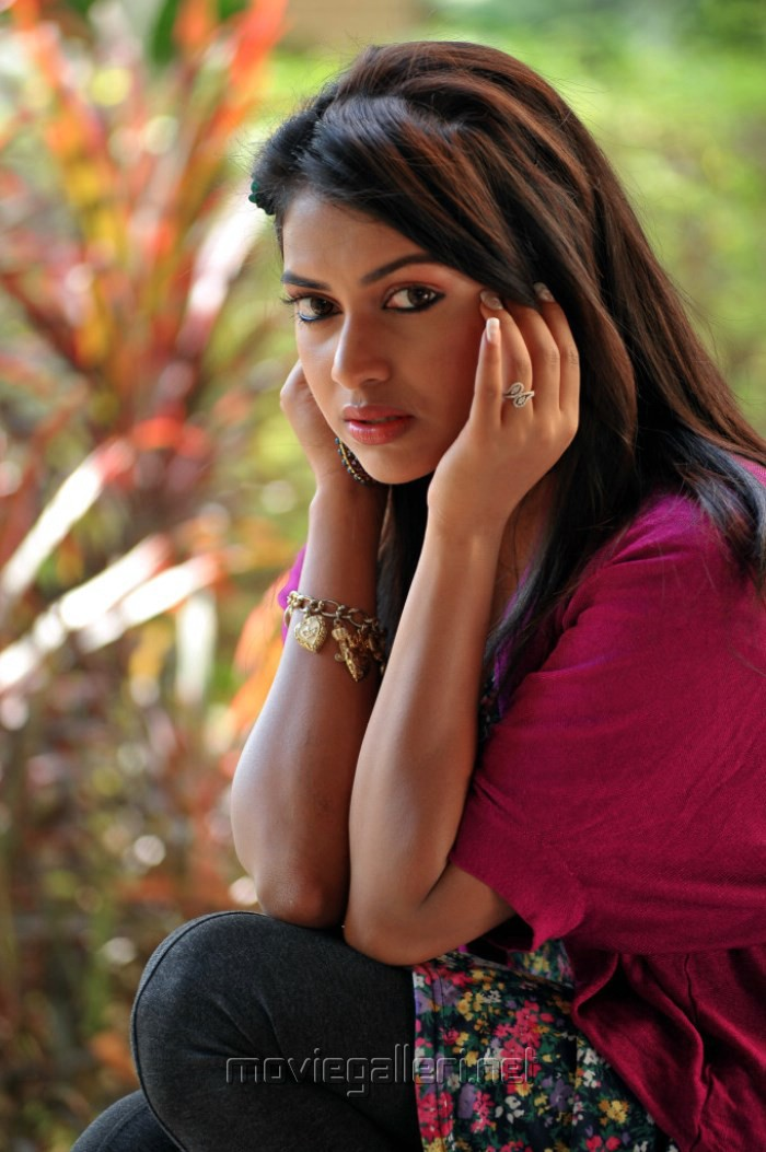 Amala Paul Trendy Hot Photo Shoot Stills @ Iddarammayilatho