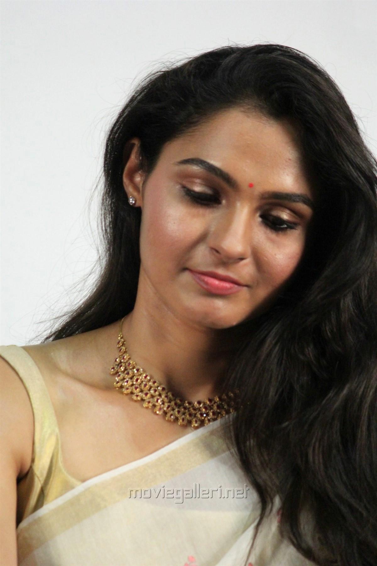 Actress Andrea in White Saree Photos HD @ Vada Chennai Press Meet