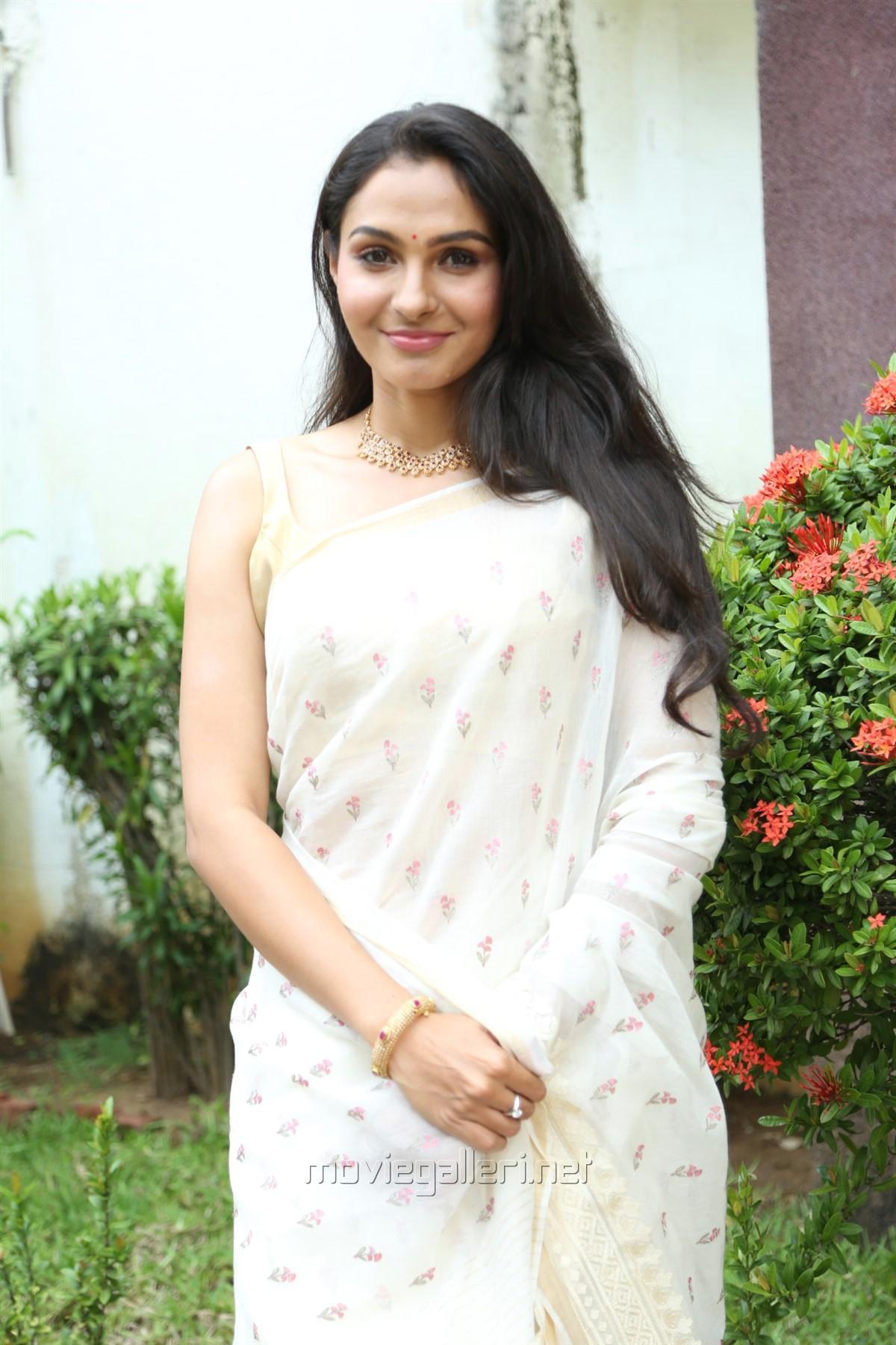 Tamil Actress Andrea Jeremiah White Saree Photos HD
