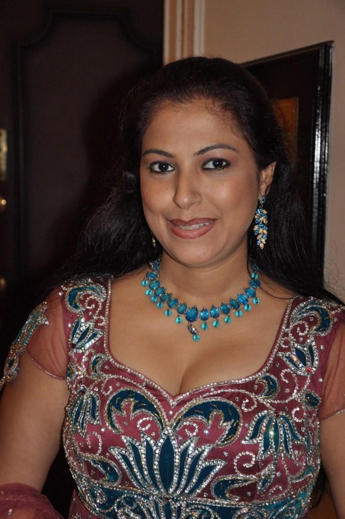 anusha-golden-fak-hot
