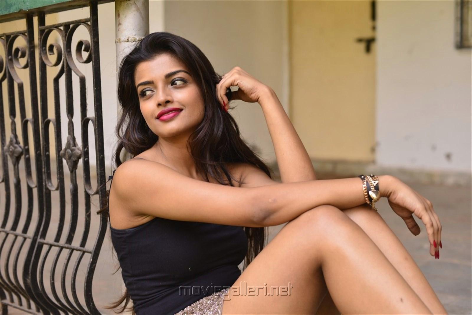 Picture Actress Ashna Zaveri Hot Photoshoot