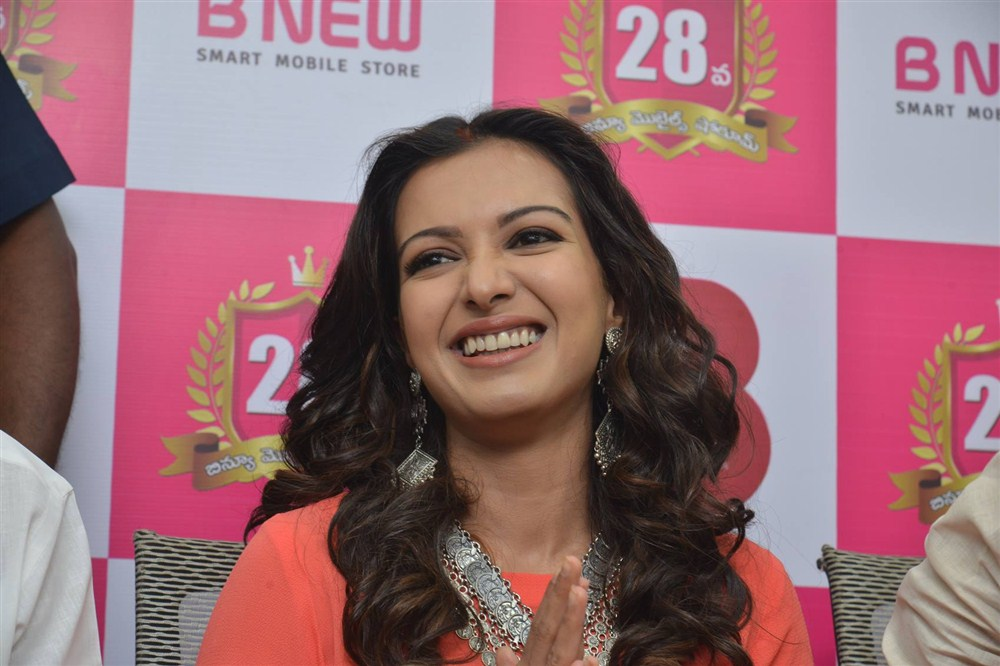 Catherine Tresa launches B New Mobile store at Kurnool