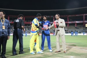 Vishal, Sudeep @ CCL 4 Chennai Rhinos Vs Karnataka Bulldozers Match Photo