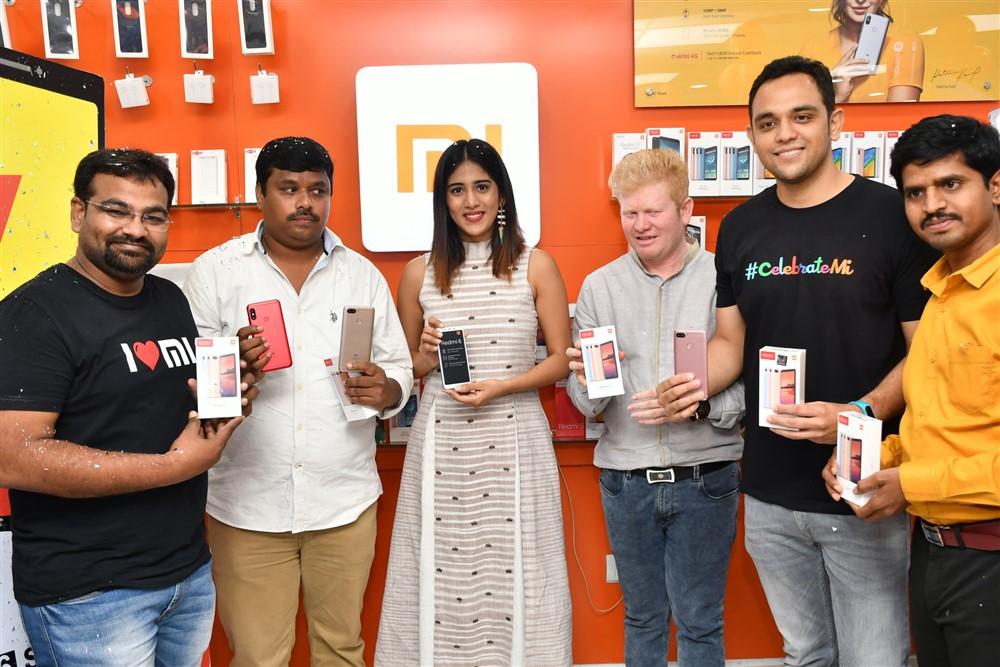 RedMi 6 Mobile Offline Launch Actress Chandini Chowdary @ Cellbay showroom-Gachibowli Branch
