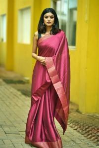 Actress Oviya @ Contractor Nesamani Movie Pooja Stills