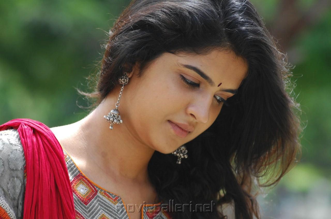 Deeksha Seth In Vettai Mannan Vettai Mannan Heroine ...