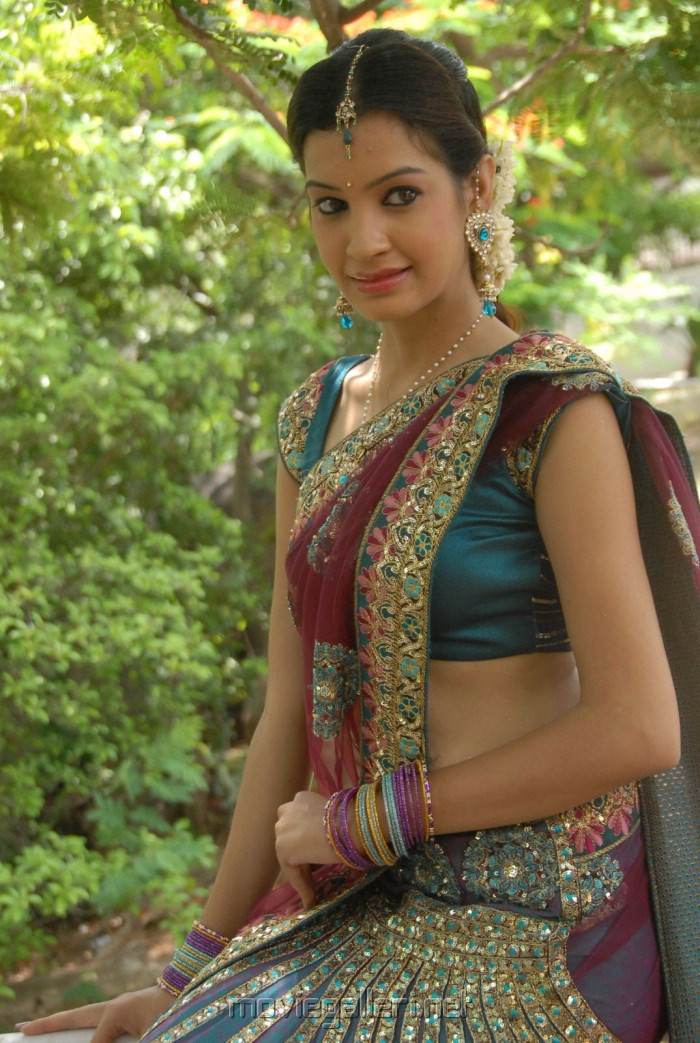 Diksha Panth Hot Saree Pics