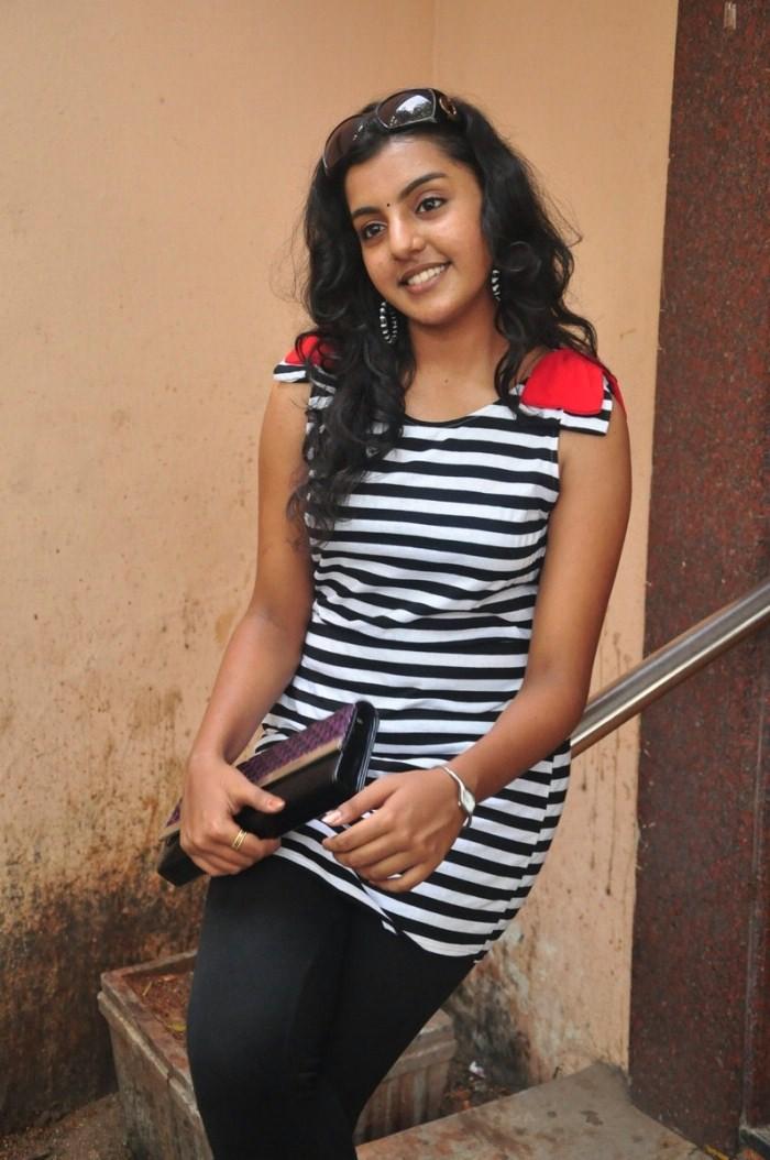 Divya Nagesh Stills, Divya Nagesh Photos Gallery