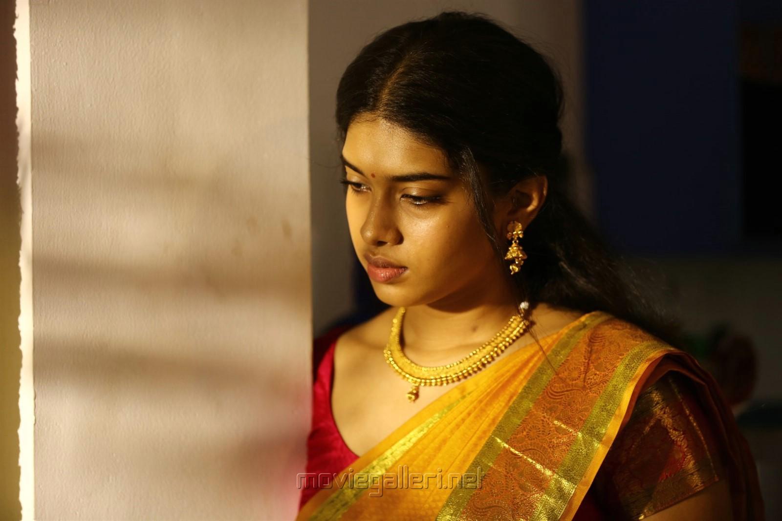 Bodhai Yeri Budhi Maari Movie Actress Dushara Photos HD