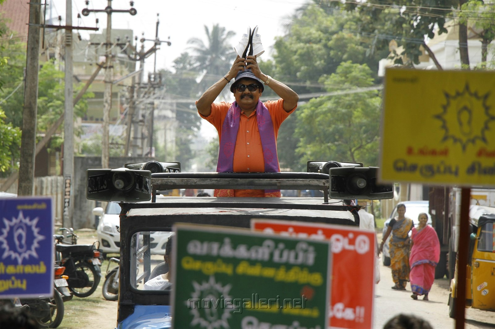 KS Ravikumar in En Aaloda Seruppa Kaanom Movie Stills