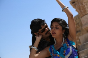 RK, Poonam Kaur in En Vazhi Thani Vazhi Tamil Movie Stills
