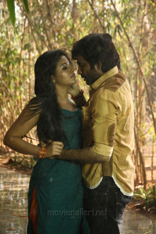 Anjali, Ravi Teja in Evanda Movie Stills