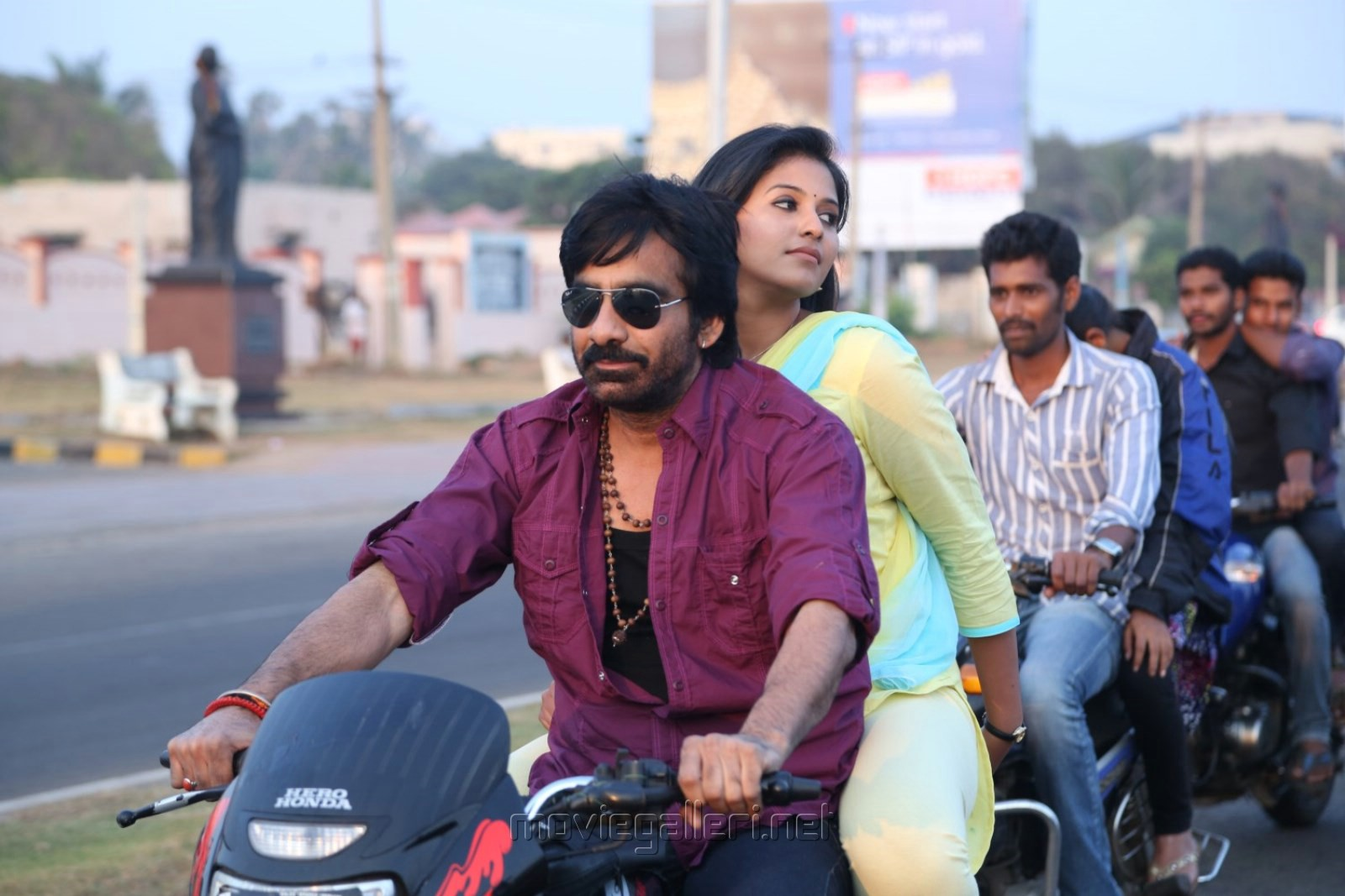 Ravi Teja, Anjali in Evanda Movie Stills