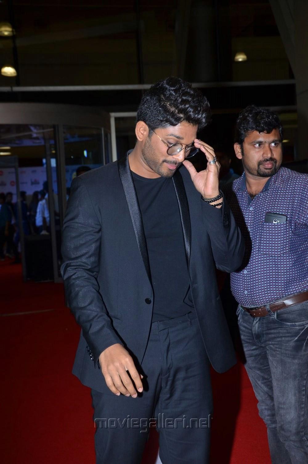 Actor Allu Arjun @ Filmfare Awards South 2017 Red Carpet Images