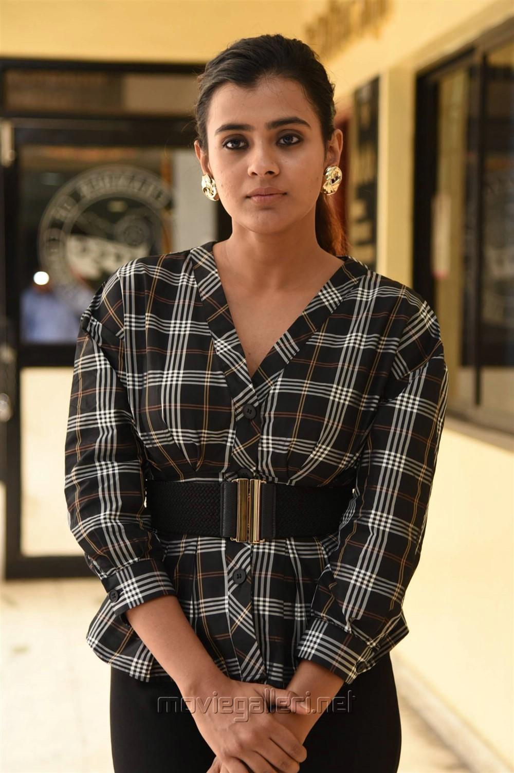 24 Kisses Actress Heebah Patel Photos in Retro Style Dress