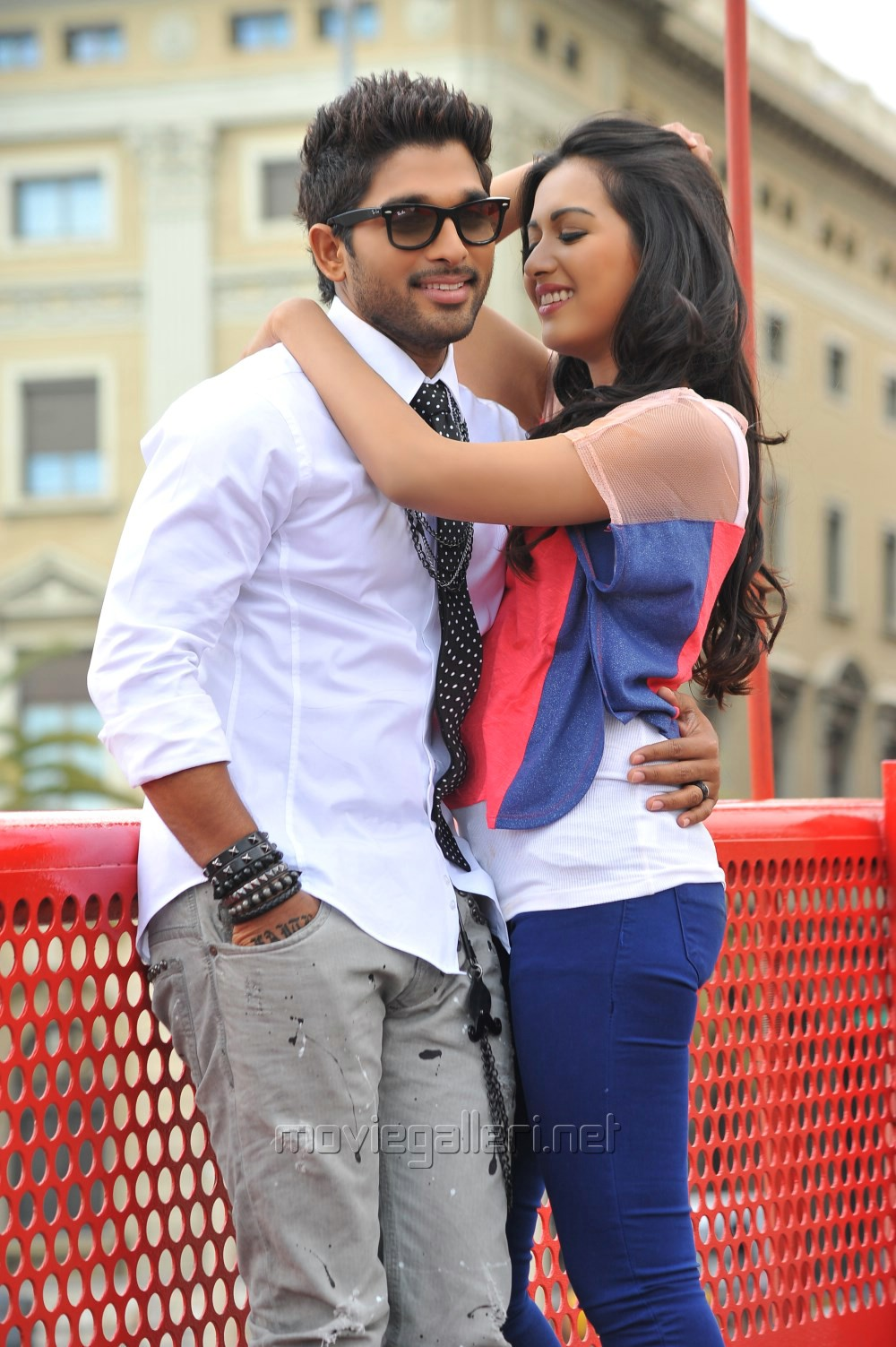 Allu Arjun, Catherine Tresa in Iddarammayilatho Movie Images [ Gallery ...