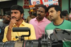 Muruganand, Santhanam @ Inimey Ippadithaan Movie Shooting Spot Photos