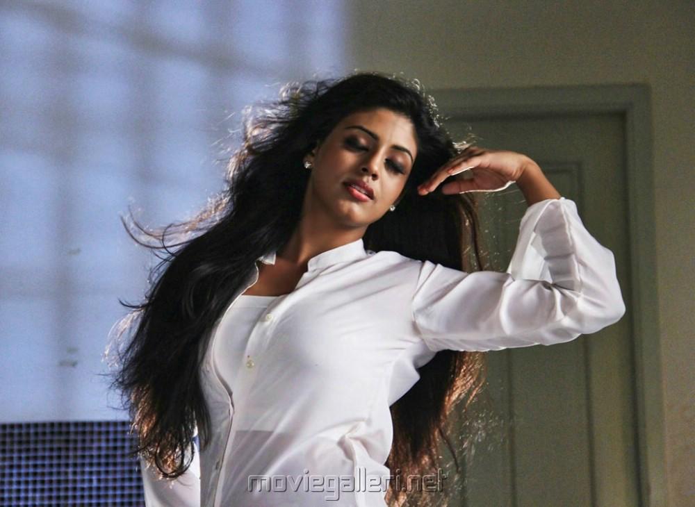 Kan Pesum Varthaigal Movie Actress Iniya Hot Stills