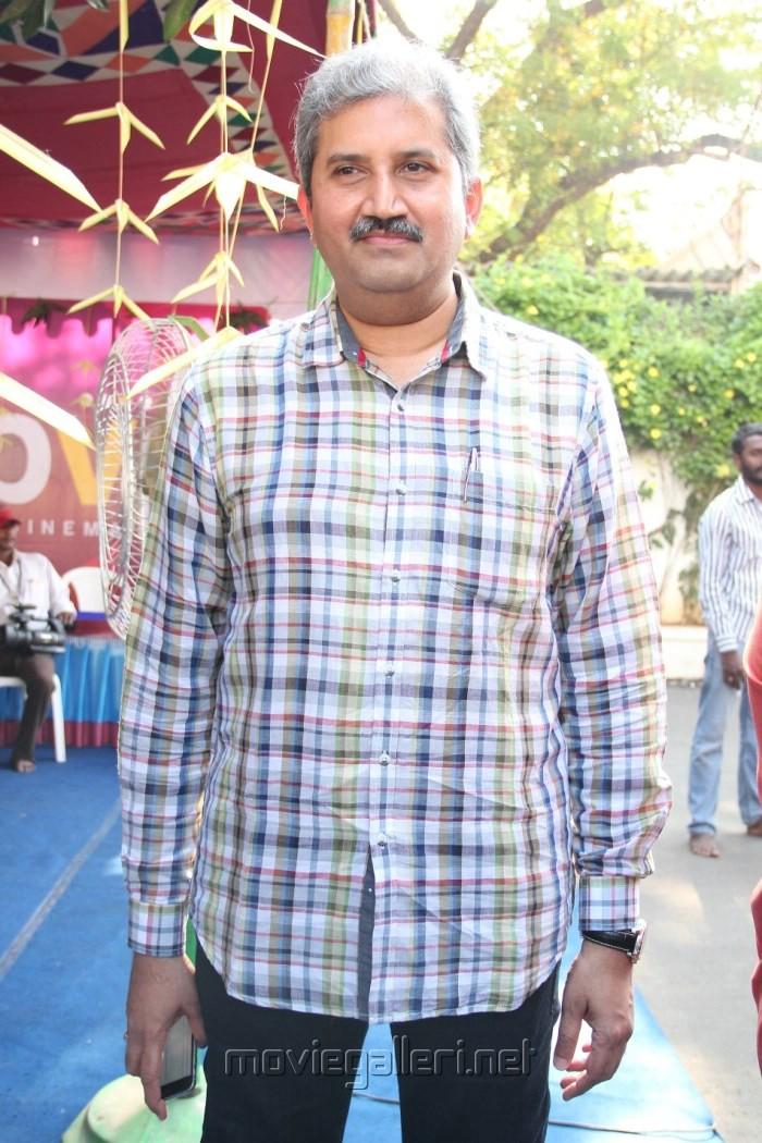 Inji Idupazhagi Movie Pooja Stills