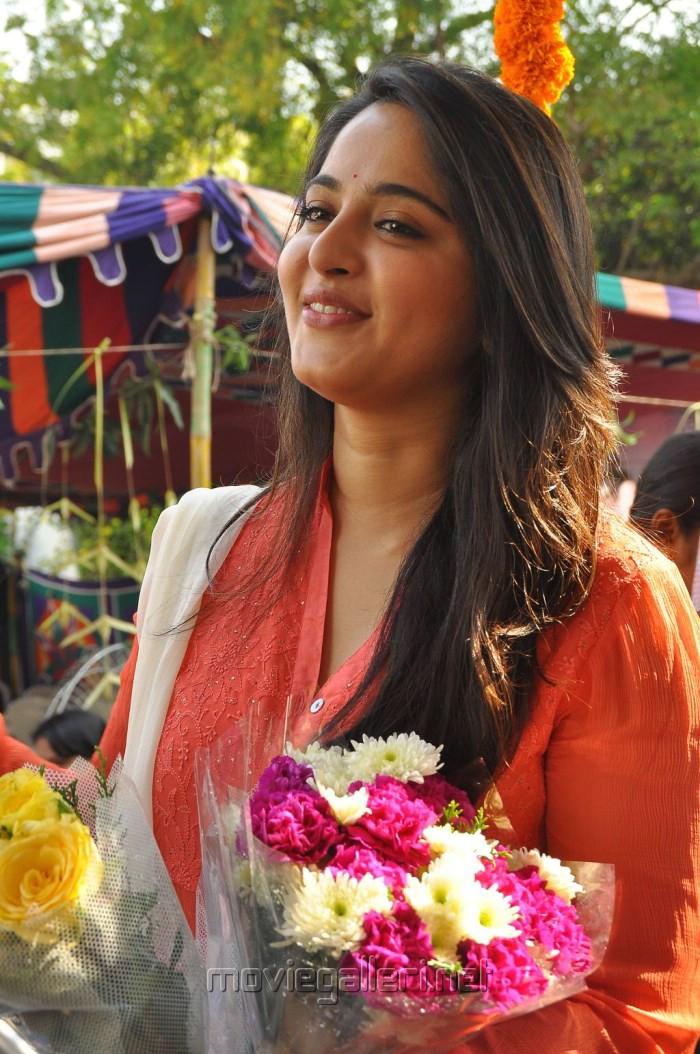 Actress Anushka @ Inji Idupazhagi Movie Pooja Stills