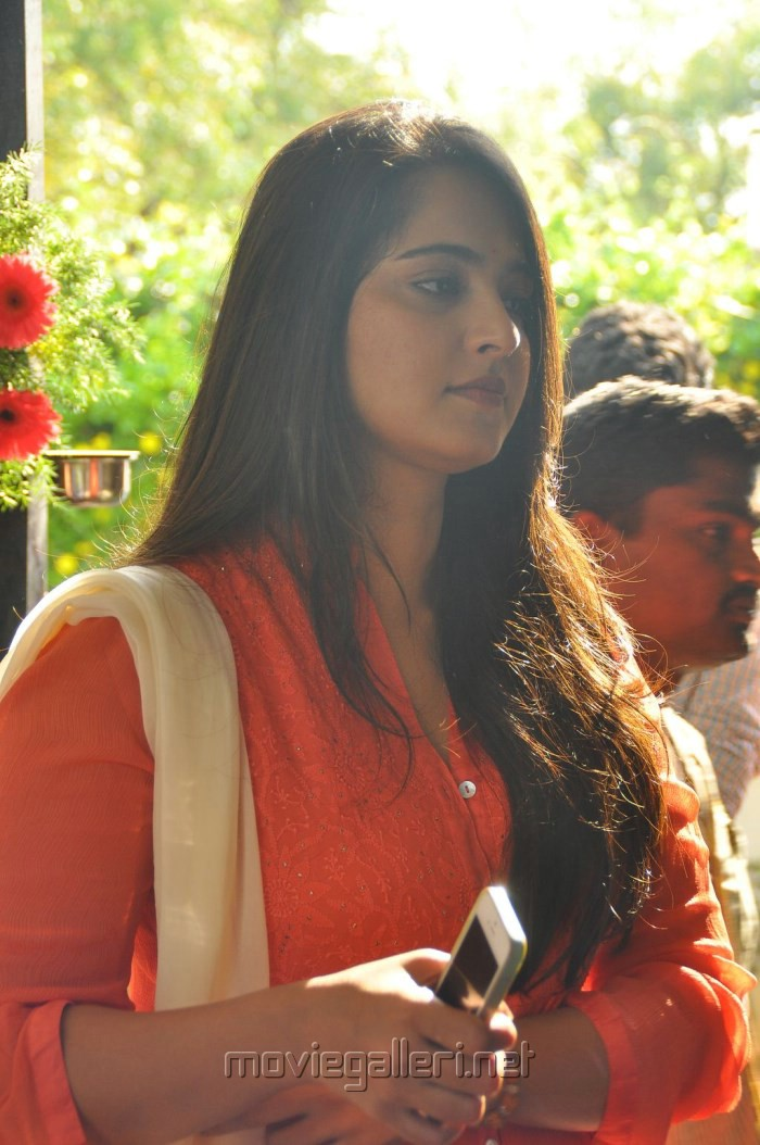 Actress Anushka @ Inji Idupazhagi Movie Pooja Stills