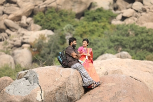 Dinesh, Anandhi in Irandam Ulagaporin Kadaisi Gundu Movie Stills HD