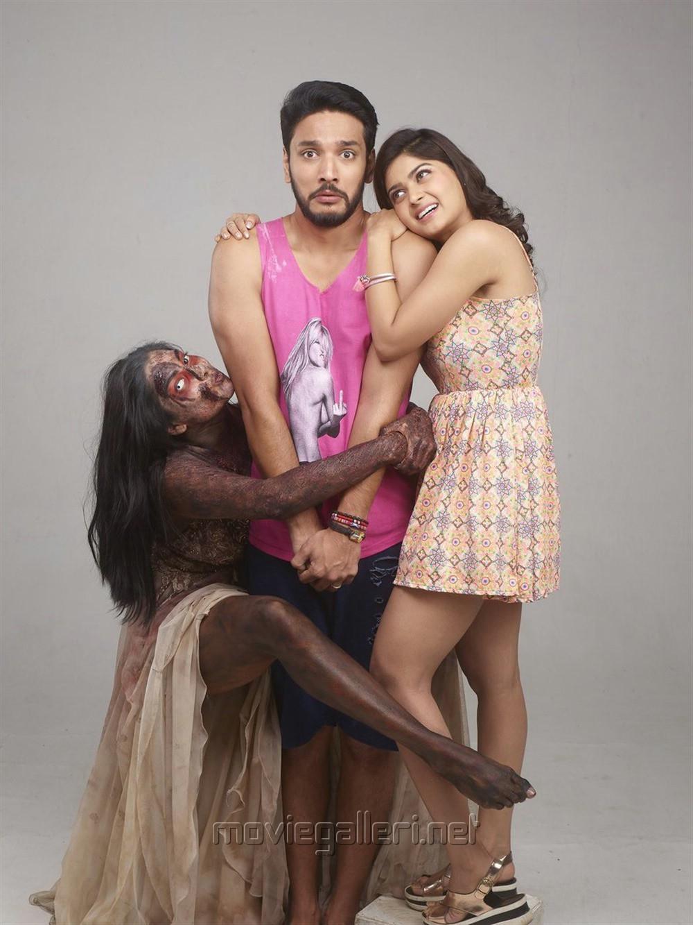 Chandrika Ravi, Gautham Karthik, Vaibhavi Shandilya in Iruttu Araiyil Murattu Kuththu Movie Images