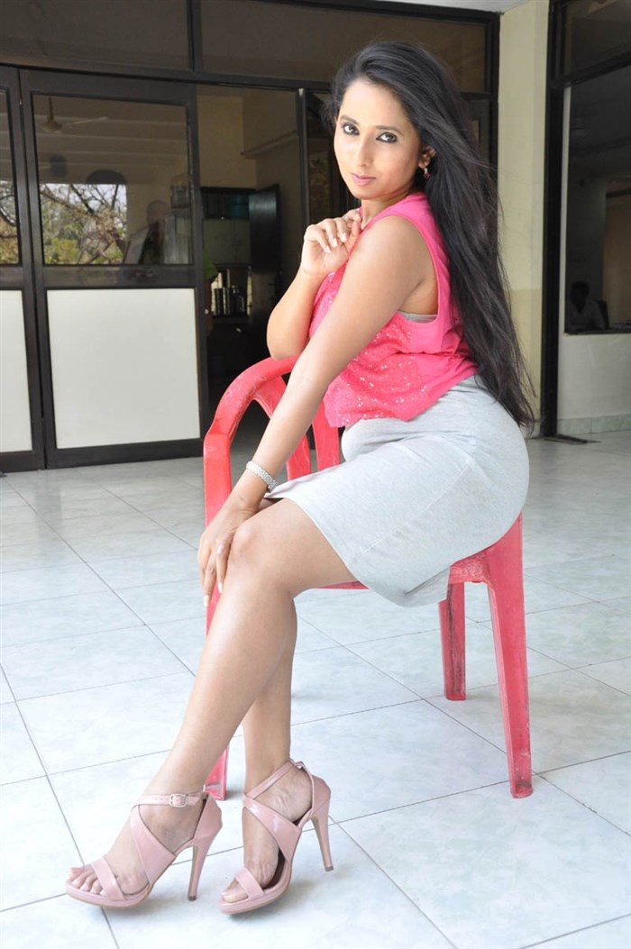 Ishika Singh Hot Photos In Pink Top & Light Grey Skirt