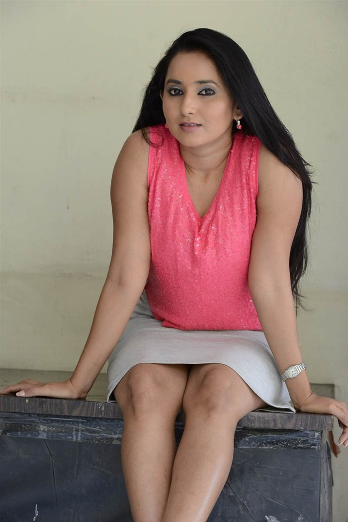 Telugu Actress Ishika Singh Hot Photos In Pink Top