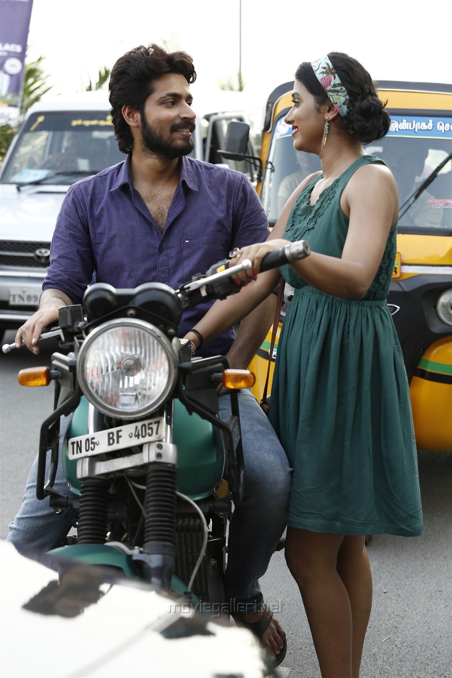 Harish Kalyan, Shilpa Manjunath in Ispade Rajavum Idhaya Raniyum Movie HD Images