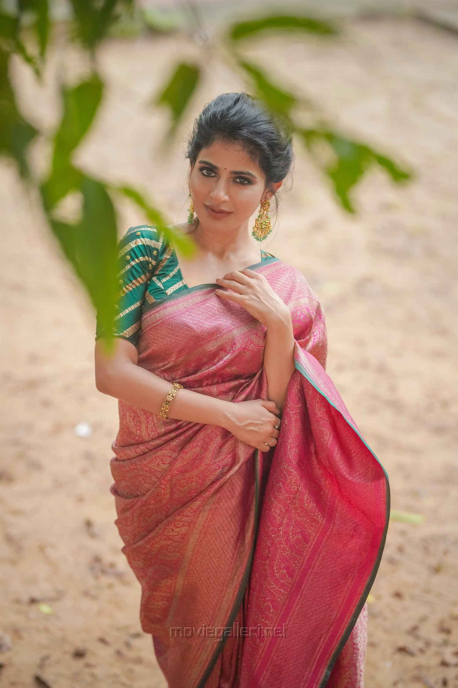 Actress Iswarya Menon Saree Photoshoot Pictures HD