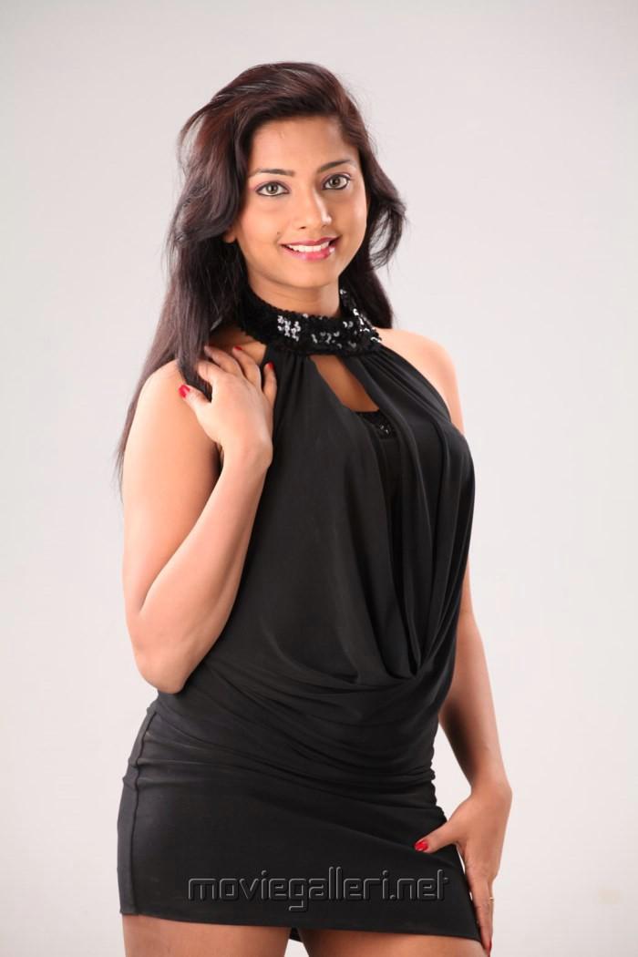 Tamil Actress Kamna Hot Stills in Kadhal Vazhakku Movie