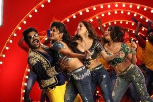 Raghava Lawrence, Oviya, Vedhika, Nikki Tamboli in Kanchana 3 Movie New Pics HD