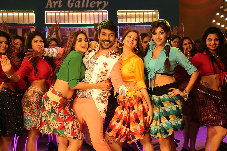 Nikki Tamboli, Raghava Lawrence, Vedhika, Oviya in Kanchana 3 Movie New Pics HD