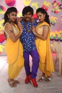 Geethanjali Thasya, Sampoornesh Babu, Ishika Singh @ Kobbari Matta On Location Photos