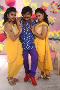 Geethanjali, Sampoornesh Babu, Ishika Singh @ Kobbari Matta On Location Photos
