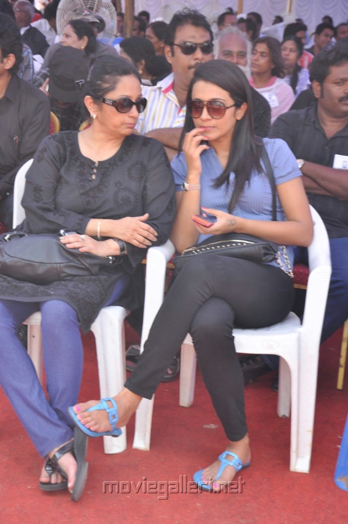 Uma Krishnan, Trisha Fasts in Support of Sri Lankan Tamils Photos