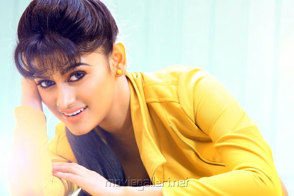 Actress Oviya in Madha Yaanai Koottam Movie Stills