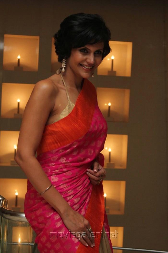 Mandira Bedi sultry Indian TV host ravishing hot in saree