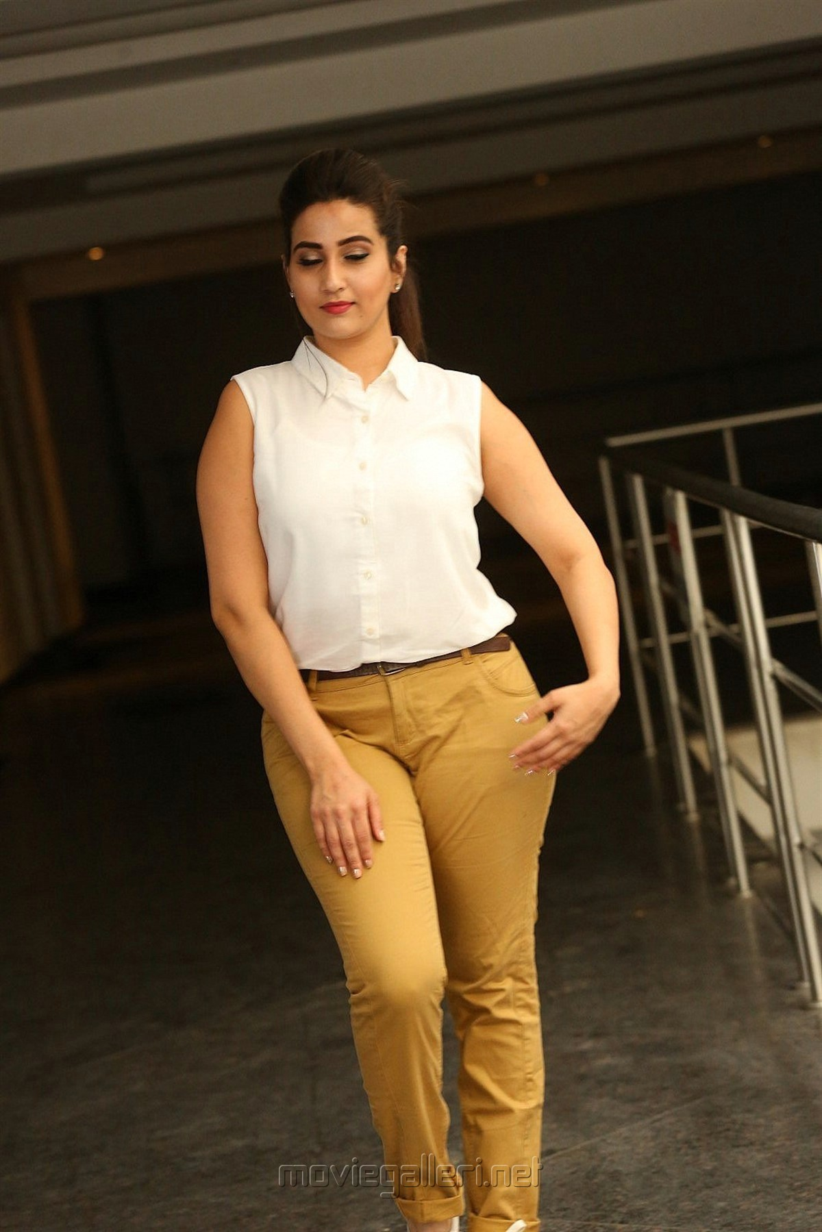 Telugu Anchor Manjusha HD Photos @ Officer Press Meet