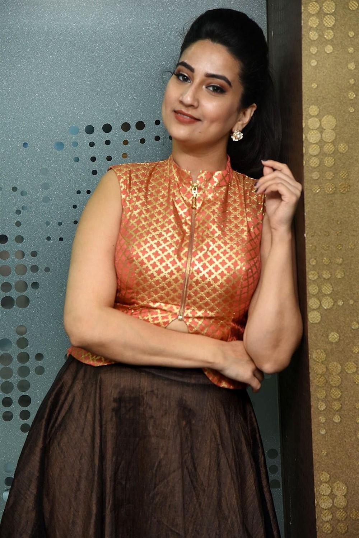 Anchor Manjusha Stills @ 2 Hours Love Movie Pre Release